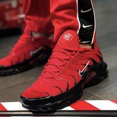 Keys To Finding The Best Sneakers For Women. Are you shopping for the best sneakers for women? Tn Nike, Nike Air Max Tn, Nike Air Max Plus, Air Max 95, Best Sneakers, Sneakers Fashion, Sneakers Nike, Running Sneakers, Men Fashion