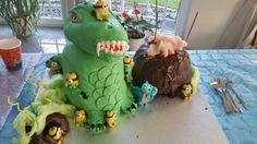 Minion Party, Minions, Dinosaur Stuffed Animal, Toys, Cake, Desserts, Animals, Pie Cake, Animales
