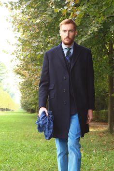 Ceinture : marron, daim  Chaussettes : orange, fil d'écosse, Falke Chemise : blanche Van Laak,  Cravate : bleue tricot, Wicket Lunettes : tabac, Persol, McQueen  Manteau : Bleu, Stanbridge Pantalon : bleu, velours, Wicket Souliers : marron, veau velours, Weston 180 Veste : bleue, laine, Wicket