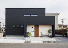 コラボハウス一級建築士事務所さんはInstagramを利用しています:「.⠀⠀ 黒のガルバリウムと白の塗り壁、⠀⠀ モルタルのアプローチのシンプルな外観。⠀⠀ .⠀⠀ 軒天と玄関の木目が⠀⠀ ほどよいアクセントになっています。⠀⠀ .⠀⠀ 四角で構成されたスタイリッシュなお家です。⠀⠀ .⠀⠀ 他にも沢山のお家をホームページでご紹介しています。⠀⠀…」 Minimalist Architecture, Facade Architecture, Cool House Designs, Modern House Design, Modern Entrance Door, Box Houses, Japanese House, Facade House, Simple House