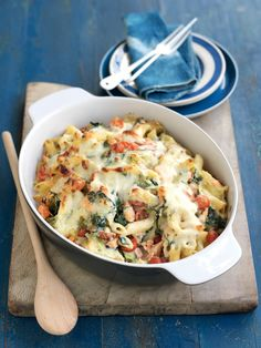 salmon, leek and spinach pasta bake Our healthy smoked salmon, leek and spinach pasta bake recipe is easy to freeze and low in fat and sugar.Our healthy smoked salmon, leek and spinach pasta bake recipe is easy to freeze and low in fat and sugar. Healthy Pasta Bake, Healthy Pastas, Healthy Baking, Healthy Food, Stay Healthy, Salmon Pasta Bake, Spinach Pasta Bake, Vegetarian Recipes, Recipes