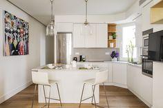 Luminosa #cocina con isla. Combina a la perfección la elegancia y la practicidad / Bright kitchen with isle. Combines perfectly elegance and effectiveness