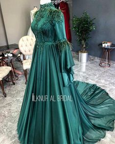 Image may contain: one or more people and standing people . Vintage Formal Dresses, Dress Formal, Dress Vintage, Dress Long, Dress Outfits, Fashion Dresses, Beautiful Long Dresses, Hijab Wedding Dresses, Frack