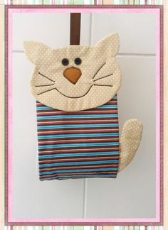 Para deixar o banheiro mais divertido e charmoso! Small Sewing Projects, Sewing Crafts, Owl Cat, Quilting, Fabric Boxes, Animal Quilts, Cat Decor, Cat Accessories, Cat Jewelry