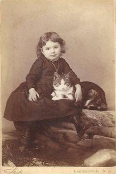 De tous temps, il y a eu des petites filles fans de chats...et des chats amoureux de leurs petites maîtresses...