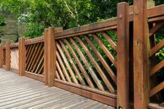 Ook houten schuttingen van hard hout worden blootgesteld aan wind regen en kou. Een goede bescherming met houtverf.