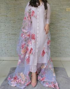 Simple Pakistani Dresses, Indian Gowns Dresses, Indian Fashion Dresses, Dress Indian Style, Pakistani Dress Design, Indian Designer Outfits, Pakistani Outfits, Indian Outfits, Pakistani Fashion Casual