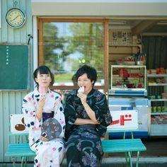 アイスを食べる浴衣姿のカップル (c)visual supple