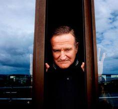 """Der letzte Vorhang ist gefallen: Robin Williams (†63) wurde am 11. August 2014 tot in seinem Appartment in Kalifornien gefunden. Die Polizei geht von Selbtmord aus - von Tod durch Ersticken ist die Rede. Der geniale Komiker war nicht nur """"der lustigste Mensch der Welt"""" (""""Entertainment Weekly""""), er rührte uns in bewegenden Dramen auch zu Tränen. Hier zeigen wir sein Leben voller Höhen und Tiefen in Bildern"""