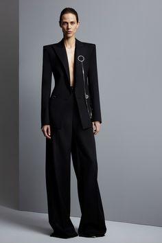 See the complete Mugler Pre-Fall 2017 collection.