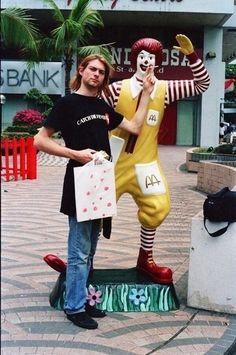 Kurt Cobain dando um cigarrinho para o Ronald McDonald em Cingapura, em 1992