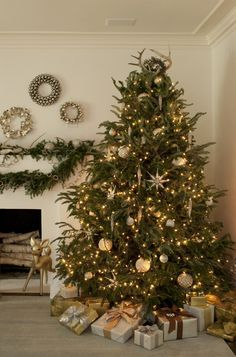 Decorating Modern Home Decorations Silver And Gold Christmas Tree Decorations Cheap Christmas Decorations Red And Gold Christmas Tree Decorating Ideas Modern Interior Home Design Ideas Elegant Christmas Trees, Gold Christmas Tree, Christmas Tree Themes, Beautiful Christmas, All Things Christmas, Winter Christmas, Christmas Crafts, Christmas Wreaths, Simple Christmas