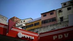 Image copyright                  Reuters Image caption                                      La reducción de ingresos de la petrolera agudiza la crisis en Venezuela, cuya economía ha dependido de las exportaciones del combustible en los últimos años.                                El último reporte financiero de Petróleos de Venezuela S.A. (PDVSA) aumenta las malas noticias para ese país. El documento anuncia que los ingresos por la ven