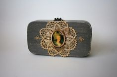 Small wood purse decorated with vintage lace and a by ucrina Artist Bag, Beautiful Bags, Vintage Lace, Cotton Fabric, Two By Two, Coin Purse, Gemstone Rings, Velvet, Purses