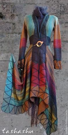 Knitting Patterns Coat Think this is knitted patchwork - might be adaptable to tie dying? Mode Hippie, Bohemian Mode, Bohemian Style, Boho Chic, Look Fashion, Womens Fashion, Winter Fashion, Fashion Tips, Look Boho