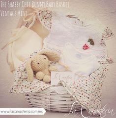 The Shabby Chic Bunny Baby Basket: Vintage Mintes una cálida y original canasta de regalo para bebé con diseño fino y feeling shabby chic. Incluye set de frazadas orgánicas termales, vestido menta…