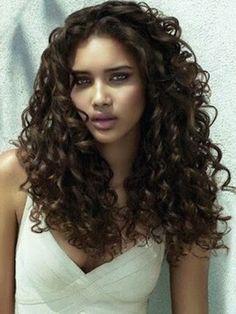 Ya sea que tengas el pelo rizado de manera natural o que te rices el pelo porque te gusta llevarlo así; si sabes elegir el peinado adecuado le puedes dar un aspecto original, moderno y sensual a tu look. Para las personas con rizos naturales es una verdadera ventaja encontrar un estilo donde pueda dejar …