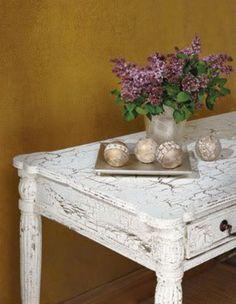 Table basse en bois repeinte avec une peinture craquelée faite maison avec une peinture acrylique blanche appliquée sur couche peinture glycéro marron