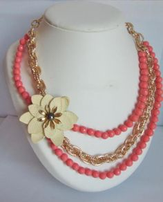 Collar dorado y coral con flor de piel pintada. Golden and coral necklace with painted leather flower.