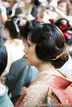 「耳隠し」。大正時代の女性に大流行した髪形で束髪の一種。 Japanese Beauty, Japanese Fashion, Updo Styles, Long Hair Styles, Japan Hairstyle, Hear Style, Hair Arrange, Hair Reference, Japanese Kimono