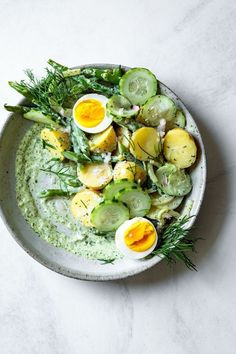 Green Goddess Potato Salad updated bull The Bojon Gourmet This green goddess potato salad gets a kick from pickled shallot crunchy vegetables and an herbaceous creamy dressing. Spring Potato, Clean Eating, Healthy Eating, Healthy Lunches, Healthy Dinners, Vegetarian Recipes, Healthy Recipes, Pescatarian Recipes, Korean Recipes