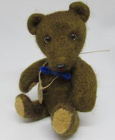 Ručně plstěný retro medvídek. Končetiny pohyblivé i hlava. Technika plstění jehlou. Teddy Bear, Retro, Toys, Crafts, Animals, Animales, Animaux, Crafting, Animais