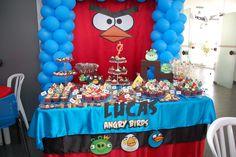 Festa com tema Angry Birds. Fazemos vários itens de decoração para a sua festa, inclusive as lembrancinhas e convites. Podemos fazer o tema da sua escolha. Entre em contato e peça um orçamento!