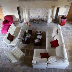 Qui dit vieille maison ne dit pas forcément vieille décoration. Pour aménager votre #salon, osez tous les styles et combinaisons.