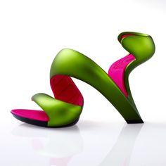 """自分の足にトレーシングペーパーを巻き、靴のデザインを漠然と考えていた建築家・デザイナーのJulian Hakes(ジュリアン・ヘイクス)は、ある日アッ!と思いつきました。  「ハイヒールの土踏まずの箇所には、本来ソールは必要ないのではないだろうか。」  主に力がかかるのはかかとと親指(足裏の親指の付根付近)であり、ヒールのある靴ならなおさら。つまり従来のデザインのほとんどが機能していない飾りなのです。  もっとも効果的でシンプルかつ美しい表現を繰り返し検討し、誕生したのがこの""""Mojitoシューズ""""。モヒートカクテルに入っているクルクルとカールしたライムを想像させることから、その名前をつけました。斬新なスタイルが近未来を感じさせる、新感覚の次世代デザインシューズです。    meryさんでの紹介記事はこちら"""