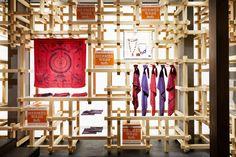 À Kyoto, ville réputée depuis des centaines d'années pour son savoir-faire artistique, accueille aujourd'hui le nouveau pop-up store Hermès. Souhaitant ancrer son ADN dans un savoir fai…