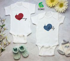 Η μανούλα μας είναι πάντα στην καρδιά μας Baby Bodysuit, Onesies, Daddy, Kids, Clothes, Fashion, Children, Tall Clothing, Moda