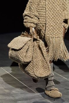 Dolce & Gabbana Fall 2020 Ready-to-Wear Collection - Vogue Knitwear Fashion, Knit Fashion, Fashion Bags, Womens Fashion, Fashion Fashion, Ankara Fashion, Fashion Poses, Fashion Editorials, Fashion Details