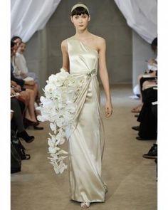 Carolina Herrera nos deslumbra con su colección nupcial 2013! El color champagne brilla en este delicado vestido con una sola manga, no es divino!??