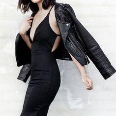 Een avondje stappen op de planning? En etentje met je schoonouders? Een sollicitatiegesprek voor je nieuwe baan? Dan kun je altijd rekenen op de Little Black Dress. Via de link in de bio shop je de fijnste exemplaren. #outfit #ootd #styletoday #lbd #fashion