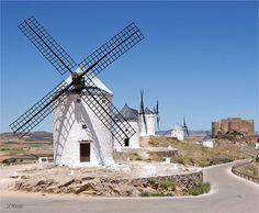 Moulins à vent, région de Castille-la-Manche (Espagne)                                                                             ...