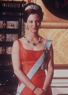 En 1923, al fallecer la Gran Duquesa Luisa, la tiara pasaría a manos de su hija Victoria, Reina de Suecia por su matrimonio con el Rey Gustavo V. Cinco años después, la Reina fallecería, legando la tiara a su nieta, la Princesa Ingrid, casada con Federico de Dinamarca. La tiara será parte de la colección privada de la Reina Ingrid, y será usada por sus hijas, especialmente por la entonces Princesa Margarita de Dinamarca.