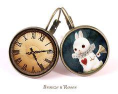 """Boucles d'oreilles cabochons """"Le lapin blanc d'Alice"""" Dormeuse"""