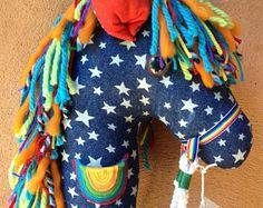 ¿Cómo puedo hacer un hermoso caballo que va a transformar mi hijo en un mundo de hacer creer y magia? FÁCIL! Aquí es cómo...  Después de años de crear, desarrollar, afinar mi técnica y venta de más de 600 caballos de Hobby y dragones, confío tan fácil seguir todas las embarcaciones incluidas kit obtendrá iniciado. Todo lo que necesitas está incluido para inspirar inmediatamente su proyecto de fin de semana con su hijo. Enviar el Kit de arte Hobby Horse como regalo de cumpleaños de última…