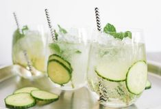 G&Fizz Prosecco Cocktail. Gin, Elderflower Cordial, Fresh Mint Sprigs and/or Cucumber slices & Prosecco. Pour a dash of elderflower cordial and of gin into a glass and top up with cold Prosecco. Smoothie Drinks, Detox Drinks, Fun Drinks, Healthy Drinks, Healthy Tips, Healthy Choices, Healthy Recipes, Top Recipes, Beverages