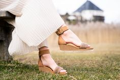 Diese SUPER SOFTE Keilsandalette von Paul Green bringt frischen Schwung in Ihre Garderobe. Schöne Riemen aus edlem, braunen Flechtmaterial mit Nubukleder lassen viel Licht und Luft an die Haut und zelebrieren den Sommer mit lässigem Charme. Eine schöne Schnalle mit Klettverschluss bringt eine Portion Glamour in den Look. Bequem und flexibel präsentiert sich die weiche Laufsohle mit Kork. Also ab nach draussen und diese wundervollen, bequemen Sandaletten genießen! Paul Green, Super, Stuart Weitzman, Glamour, Heels, Shopping, Fashion, Hook And Loop Fastener, Cloakroom Basin
