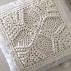 Image gallery – Page 450571137717776235 – Artofit Crochet Pillow Patterns Free, Crochet Bedspread Pattern, Granny Square Crochet Pattern, Crochet Squares, Crochet Doilies, Crochet Cushion Cover, Crochet Cushions, Crochet Home, Crochet Yarn
