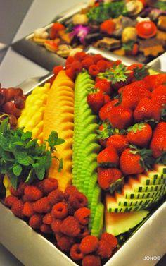 Cut Calories Elegant and colorful fruit display Fruit Buffet, Fruit Trays, Fruit Presentation, Veggie Display, Food Garnishes, Garnishing, Fruit Displays, Edible Arrangements, Food Platters