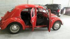 Volkswagen New Beetle is a compact car introduced by Volkswagen in The exterior design of this car is taken from the original Beetle. Volkswagen New Beetle, Auto Volkswagen, Beetle Car, Vw T1, Nissan Gt R, Vw Bugs, Combi Wv, Van Vw, Vw Super Beetle
