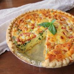 This easy egg-filled Tomato Basil Caprese Quiche is bursting with amazing tomato flavor, fresh basil, creamy mozzarella cheese and is perfect for summer. Quiche Recipes, Egg Recipes, Brunch Recipes, Breakfast Recipes, Cooking Recipes, Quiche Ideas, Savoury Recipes, Casserole Recipes, Breakfast Quiche
