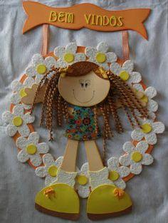 SCRAP... ME APAIXONEI: Placa de Porta de E.V.A Crafts For Kids, Diy Crafts, Embroidery Patterns, Christmas Ornaments, Holiday Decor, Creative, Scrap, 3d, Kindergarten Jobs
