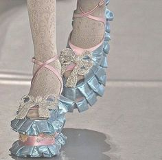 Look Fashion, Runway Fashion, High Fashion, Fashion Outfits, Fashion Design, Cute Shoes, Me Too Shoes, Mode Style, Aesthetic Clothes