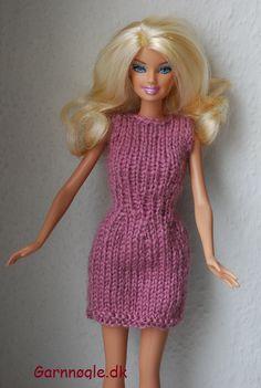 Smart sommerkjole til Barbie, kjolen er kort og uden ærmer så den er praktisk til en varm sommerdag. Materialer: en rest uldgarn i lyserød eller anden sommerfarve Pinde:strømpepinde nr. 3 Strikkefasthed: 26 m =10 cm Kjolen strikkes ud i et ogrundt på strømpepinde. Slå 40 masker op på pinde nr. 3 og strik1 pind ret og 1 pind vrang. Strik herefter glatstrik indtil arbejdet måler 6 cm. Nu tages ind fordelt på omgangen på hver 3 maske, næste pind strikkes ret. På næste pind tages igen ind... Diy Barbie Clothes, Barbie Clothes Patterns, Barbie Toys, Clothing Patterns, All Free Knitting, Knitting Ideas, Barbie Knitting Patterns, Barbie World, Barbie Dress