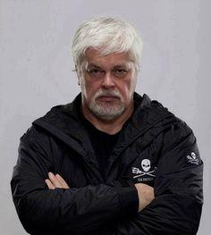 """PAUL WATSON - Fondateur de la Sea Shepherd Conservation Society : """"Je n'ai jamais eu le sentiment d'avoir le choix. J'ai vu ce que les hommes sont capables de faire (...) J'ai côtoyé l'horreur (...). J'ai vu des baleines – magnifiques, intelligentes et conscientes d'elles-mêmes – agoniser sans fin. (...) Je pense que ce que nous faisons est juste et dans l'intérêt de notre planète et de notre futur (...). Abandonner n'a jamais été une option. Ça ne m'a jamais effleuré l'esprit""""."""