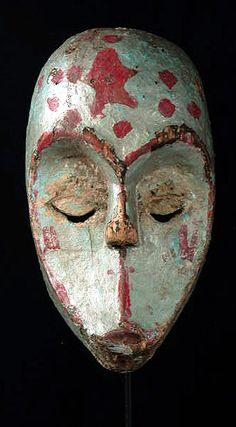Máscara bastante usada y gastada de la cultura Urhobo (Nigeria), está hecha de madera y mide 10.5 pulgadas de altura.