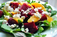 Ein frischer Gemüse-Salat aus rote Bete, Orangen und Feta-Käse
